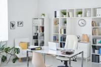 Písací stôl s kovovou podnožou v bielej pracovni