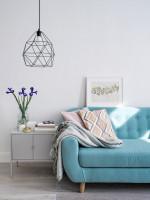 Modrá retro pohovka a kovové závesné svietidlo