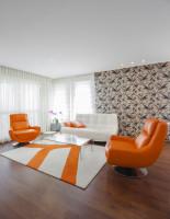 Oranžové kreslá v modernej svetlej obývačke