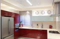 Moderná svetlá kuchyňa s červenými dvierkami