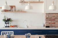 Provensálska kuchyňa v bielo-modrej kombinácii
