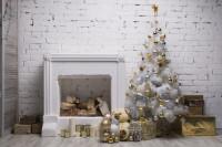 Biely vianočný stromček so striebornými a zlatými ozdobami