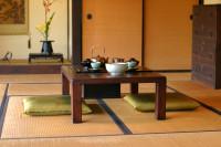 Nízky stolík s čajovou súpravou a vankúše na sedenie