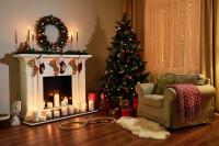 Čalúnené kreslo pri krbe s vianočnou výzdobou