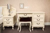 Toaletný stolík vo svetlej romantickej spálni