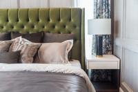 Manželská posteľ s čalúneným čelom a biely nočný stolík