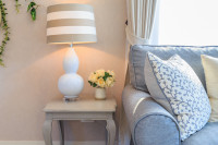 Sivá pohodlná pohovka a odkladací stolík v provensálskom štýle