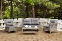 Ratanový záhradný stôl a kreslá so sivými podsedákmi