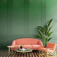 Ružová pohovka a kreslo v zelenej glamour obývačke