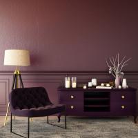 Čalúnené kreslo a nízka komoda vo fialovej farbe