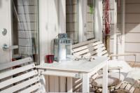 Drevený stôl a lavice na terase v provensálskom štýle
