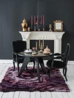 Okrúhly jedálenský stôl a stoličky s podrúčkami v čierno bielej jedálni v barokovom štýle