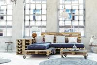 Paletová pohovka a stolík v industriálnom štýle