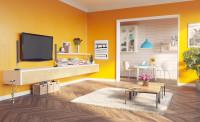 Svetlý drevený nábytok v obývačke s výraznými žltými stenami