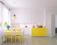 Biela kuchynská linka s jedálenský stôl so žltými stoličkami v priestrannej škandinávskej kuchyni