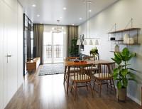Drevený jedálenský stôl a stoličky v úzkej obývačke