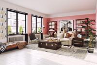 Svetlá pohovka v priestrannej obývačke s ružovou stenou