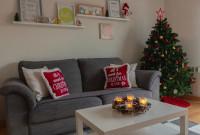 Sivá pohovka s vianočnými dekoračnými vankúšmi