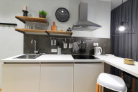 Biela kuchynská linka v modernej kuchyni