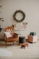 Vintage kreslo a biela komoda s vianočným vencom