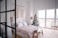 Biela bohémska spálňa s vianočnými dekoráciami