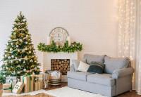 Sivá pohovka a vianočný stromček v obývačke s vianočnými dekoráciami