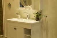 Zrkadlo a skrinka pod umývadlo v klasickej bielej kúpeľni