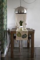 Jednoduchý drevený stôl pre štyroch s kovovými stoličkami