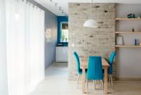 Jednoduchý drevený stôl pre tri osoby