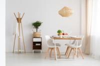 Jedálenský stôl pre štyroch v kombinácii dreva s bielou