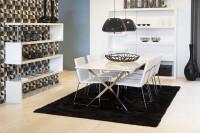 Jedáleň vybavená bielym nábytkom