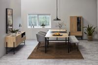 Jedáleň v kombinácii hnedej a sivej farby s nábytkom v retro štýle