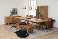 Jedáleň s dreveným nábytkom a koženými stoličkami