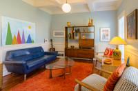 Retro obývačka v modrých a oranžových tónoch