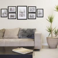 Sivá pohovka a galéria fotografií v rámoch