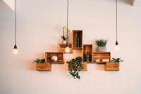 Police vyrobené z drevených debničiek a závesné svietidlá