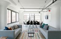 Sivé pohovky a dlhý jedálenský stôl v modernej obývačke