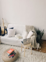 Pohovka a huňatý koberec v bohémskej obývačke