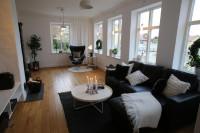 Čierna rohová sedačka v škandinávskej obývačke