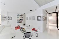 Pohovka a ľahké kreslá v modernej bielej obývačke