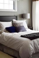 Drevená posteľ v sivobielej klasickej spálni