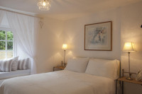 Manželská posteľ v romantickej bielej spálni