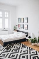 Manželská posteľ v modernej čiernobielej spálni