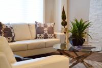 Béžová pohovka a okrúhly stolík v modernej obývačke