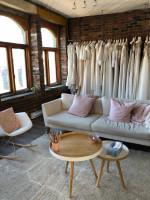 Biela pohovka v neformálnej obývačke s tehlovou stenou