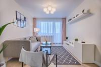 Sivý pohovka v úzkej bielej obývačke