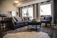 Tmavá pohovka a okrúhly stolík v klasickej obývačke