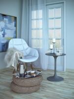Biela stolička a okrúhly stolík s dekoráciami