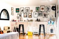 Nastaviteľné písacie stoly a dekoračné obrazy v pracovni
