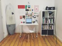 Biely písací stôl a knižnica v malej pracovni